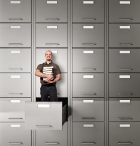 muž s knihami v kancelářském pořadači