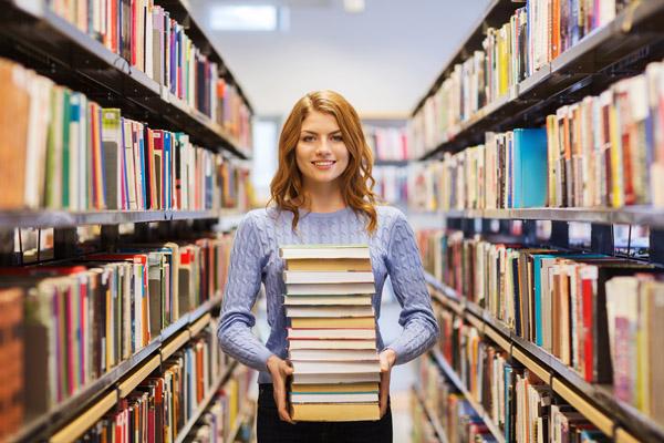 žena s knihami v knihovně